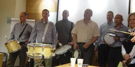 חברי הפורום מגבשים את תזמורת התופים הברזילאית
